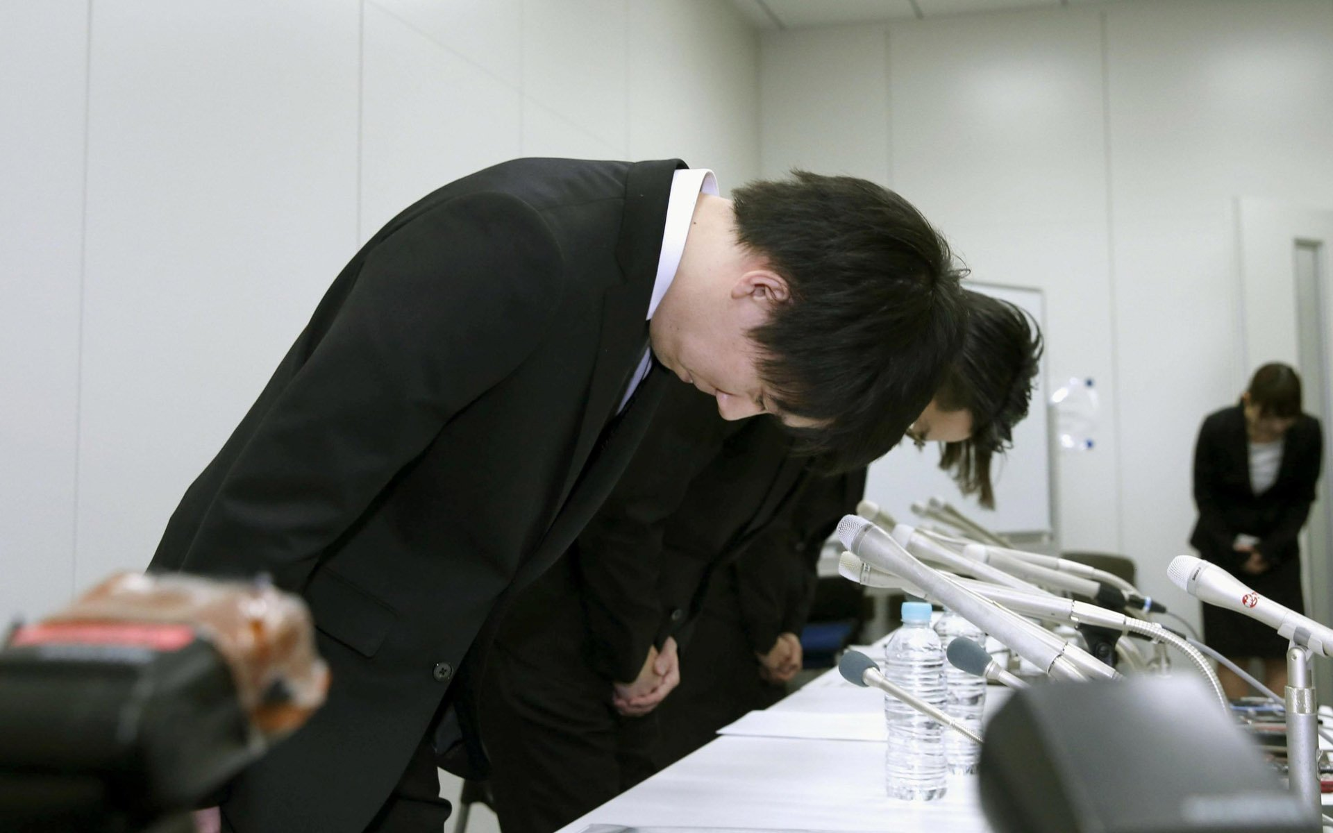 Coincheck executives apologizing for the hadk.